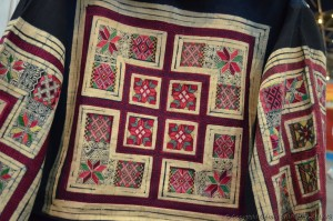 Détails de vêtements artisanaux traditionnels des femmes Miao