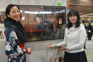 Yuka ONO, photographe et Akiko, son modèle, devant une des photographies de Yuka ONO
