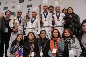 L'équipe de Malaisie, vainqueur de la 30ème Coupe du Monde de Pâtisserie, entourée de fan, Eurexpo, Lyon, 28 janvier 2018